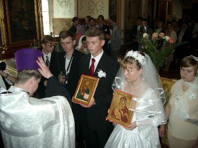 Жених и невеста с венчальными иконами