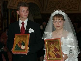 Венчальные иконы: жених и невеста с иконами Спаса Вседержителя и Богоматери Владимирской